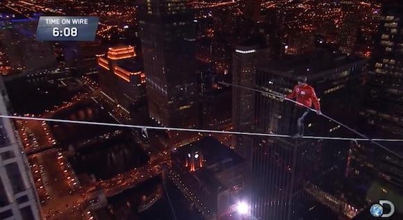 【衝撃動画】命の保証はまったくなし! 高層ビルの間を綱渡りする曲芸師が命知らずすぎてヤバい!!