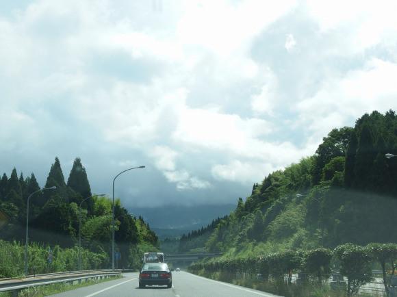 モータージャーナリストが勧める「電気自動車の航続距離を延ばす方法」が日本だと無理な件 / トラックの後ろに張り付いて空気抵抗を減らす