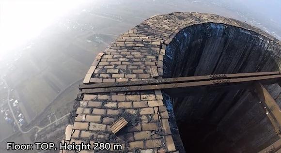 【閲覧注意動画】恐怖! 地上280メートルの煙突に登る男が命知らずすぎる!!