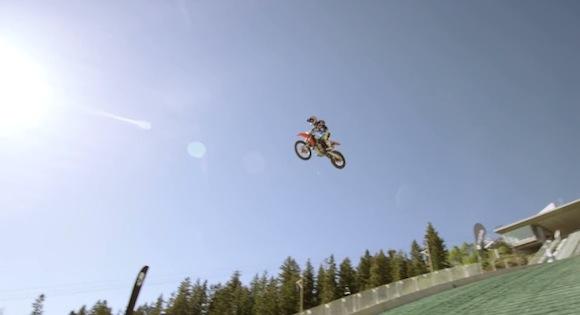 【衝撃動画】命がいくつあっても足りない! スキーのジャンプ台からバイクで飛翔したスタントマン