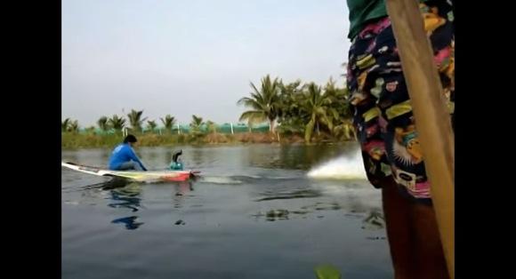 タイで撮影された「エンジンをバリバリ改造した1人乗りスピードボート」がギャグみたいに速すぎる