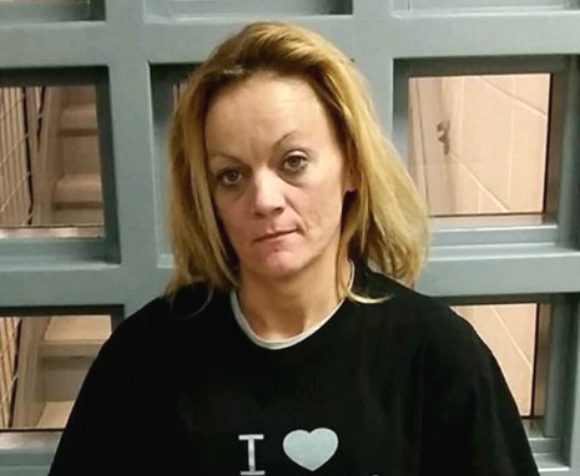 覚せい剤を「ア・イ・シ・テ・ルのサイン」が分かりやす過ぎ! クスリで逮捕された女性のTシャツが話題