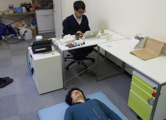 ウワサの寝具『トゥルースリーパー』を会社のド真ん中に敷いて寝てみた / 会社内でも究極に気持ちよく眠れることが判明! おまけに今なら最大50%オフだぞ!!