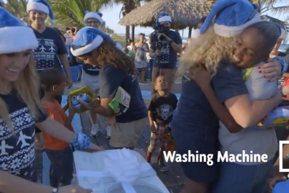 【動画あり】カナダの航空会社がドミニカ共和国で超太っ腹なクリスマスイベントを実施 / 最後のビッグなプレゼントを見逃すな!