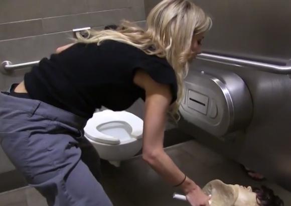 """個室トイレにいる女性を """"超不気味なヤツ"""" がのぞき見したらこうなった / 女性が次々に悲鳴をあげるドッキリ動画"""
