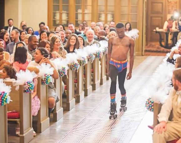 【ウェディング × 変態】アメリカの結婚式で行われたサプライズがサプライズ過ぎる / 半裸にタイツの男がローラースケートで登場