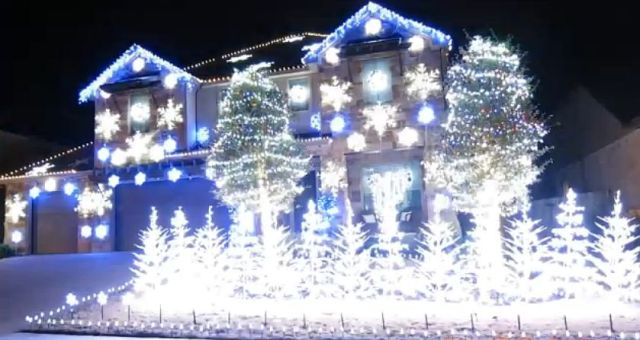 『アナと雪の女王』の主題歌に合わせた家のライトアップが超感動的!! なんと電気代はたったの700円!