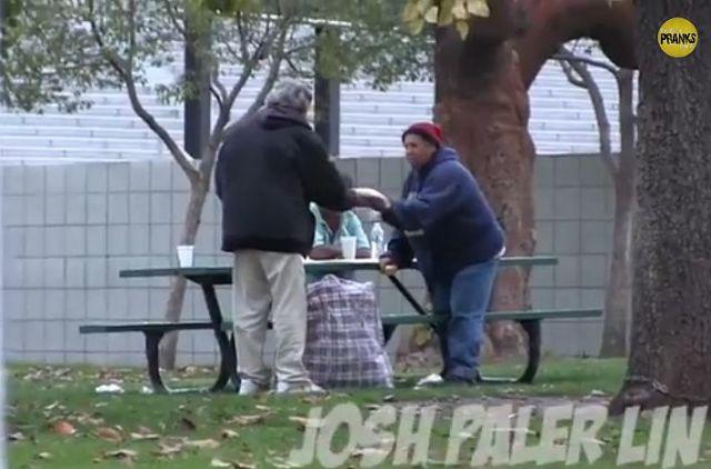ホームレス男性に100ドルをあげて何にお金を使うか実験したところ……彼の行動に「お金の使い道を考えさせられること」間違いなし!!