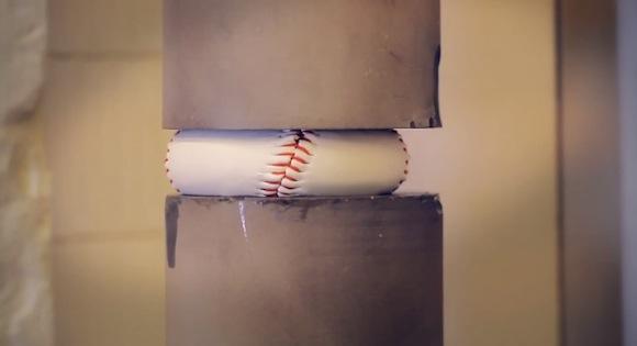 【衝撃実験結果】野球のボールを押しつぶすとスゴイことになる