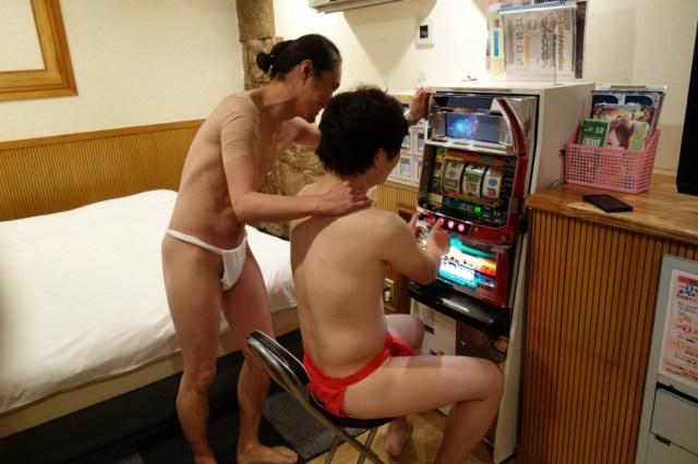 【クリスマスに最高】男子2人でラブホテルに泊まるとマジで超楽しい / 半裸でスロットやったりマッサージする快感は異常