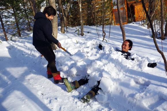 【検証動画あり】ユニクロの「ヒートテックエクストラウォーム(極暖)」がどれだけ暖かいのか雪山で実験 / 10枚着たら雪に埋められても平気なことが判明