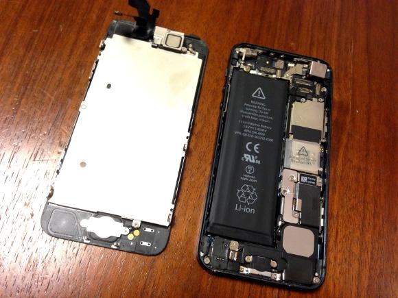 【検証】iPhone5のバッテリーを自分で交換してみた / 10分で終わるハズが1時間半! 火花が4回も飛び散った末の衝撃結果とは……!!
