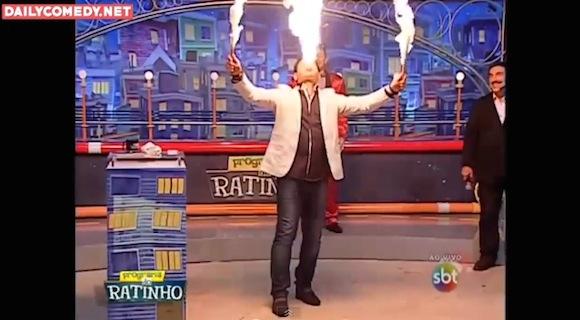 【放送事故】マジでヤバい! ブラジルのテレビ番組で「火の玉を口から吐き出す」大道芸ミスが発生!!