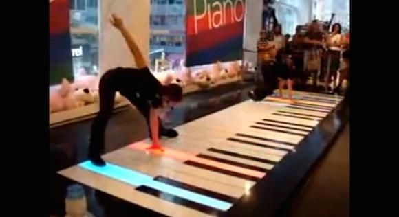 【動画あり】ピアノの常識を完全に覆す! 足で音楽を奏でる演奏者がスゴい!!