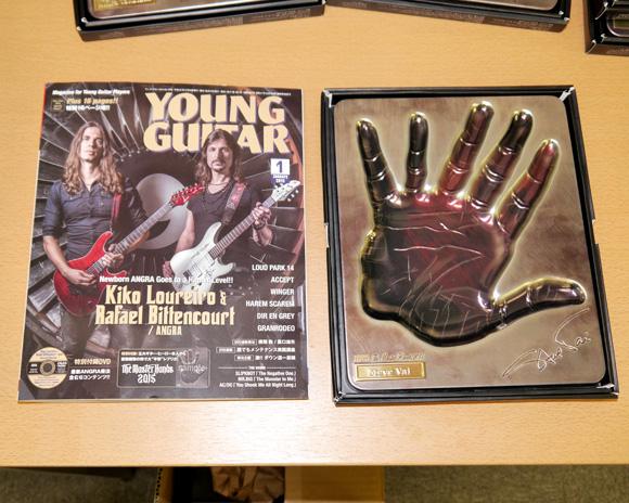 ヤングギター新年号の特別付録「5大ギタリストの手形レプリカ」が何だかスゴイ! なぜスティーブ・ヴァイは指6本!?