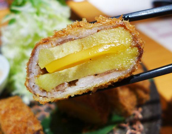【荒ぶりすぎ】茨城の物産館で提供の「ほしいもとんかつ」は本当にウマいのか? 実際に食べてみた / ほしいも&チーズを豚肉で包みサクっと揚げる