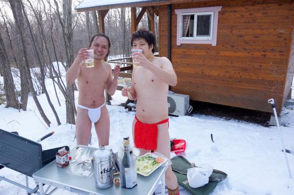 【まさに天国】男同士で半裸になって雪山でバーベキューすると究極に楽しい / ビールも肉も死ぬほど美味