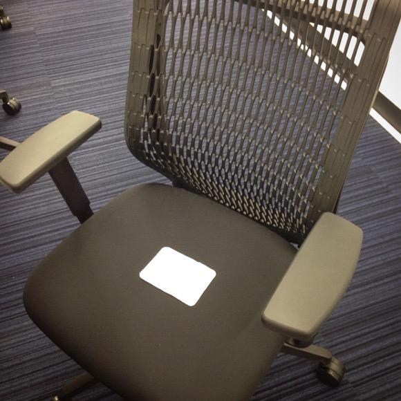 【オフィスワーカー必読】イスの上にホッカイロを敷いて座ると床暖房みたいでマジあったかい / メグ記者のレヴュー付きだよ!