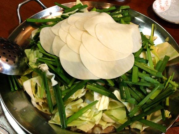 このためだけに福岡へ行け! 酢醤油で食べる「水炊き風もつ鍋」は締めのちゃんぽん麺まで超絶品!! 博多『もつ幸』