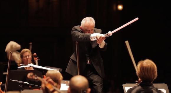 【動画あり】まさかのパフォーマンス!「ダース・ベイダーのテーマ」をライトセーバーで指揮したオーケストラがおもしろい!!