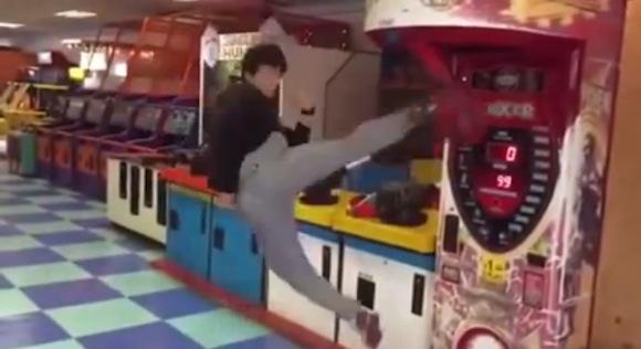 【衝撃動画】ゲームセンターのキックマシンで史上最高にカッコイイ飛び蹴りが炸裂