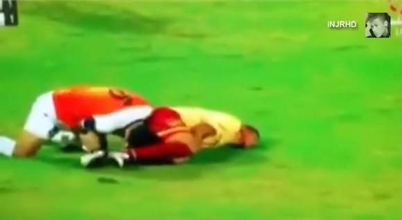 【衝撃動画】試合中にブスリ! クウェートのサッカーでかつてない大惨事が発生!!