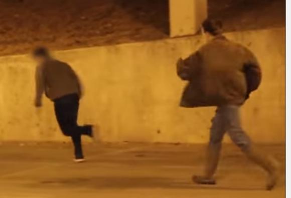 「殺人の瞬間を見てしまった! しかも殺人者がこちらの存在に気づいて追いかけてくるーーーー!!」という非人道的な恐怖ドッキリ動画が話題