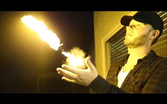 子どもの頃にヒーローに憧れたオッサン必見! 手から火の玉を発射させるガジェット「Pyro Fireshooter」がめっちゃカッコイイ!!