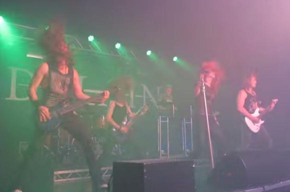 メタルバンドのライブ中にキャノン砲がロッカーの股間を直撃 / TAMA裂傷の大ケガを負いながらも最後まで演奏を続けたベーシストのプロ根性がスゴ過ぎる!