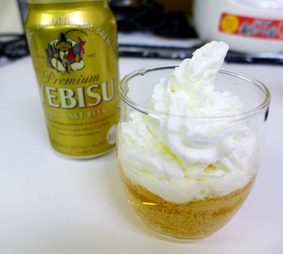【衝撃グルメ】ビールに生クリームを入れて飲むとウマイらしいのでやってみた