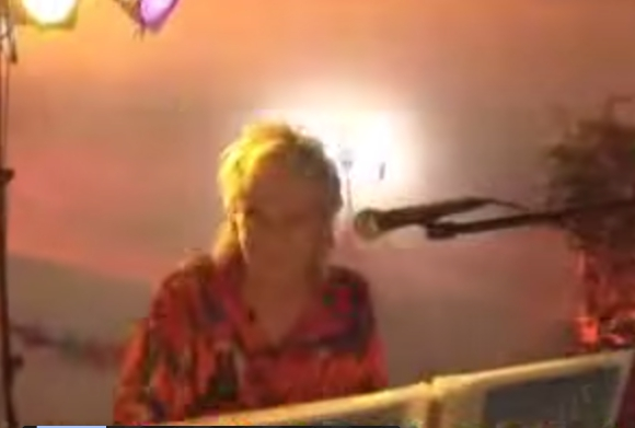 【ある意味大事故動画】ノリノリのミュージシャンを襲った悲劇! 口の中にマイクがスポッ → むせて歌えず演奏中止!!