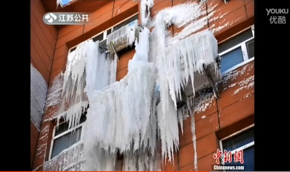 中国で湯沸かし器が爆発 → 漏れたお湯が速攻で凍結 → ビルが「氷の城」に