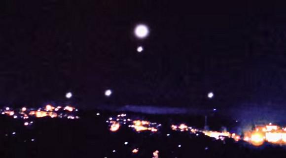 【衝撃UFO動画】母船から次々と小型UFOが発進!! 空へと散ってゆく姿が激撮される