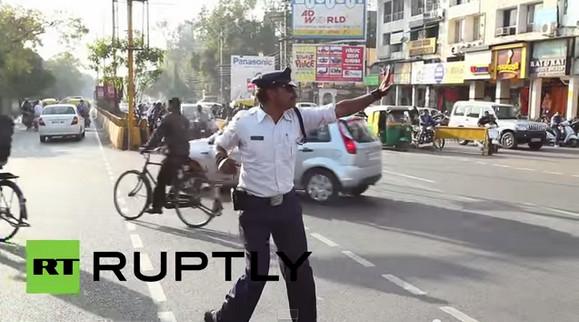 映画だけじゃなかった! インドで「踊る警察官」が激撮される