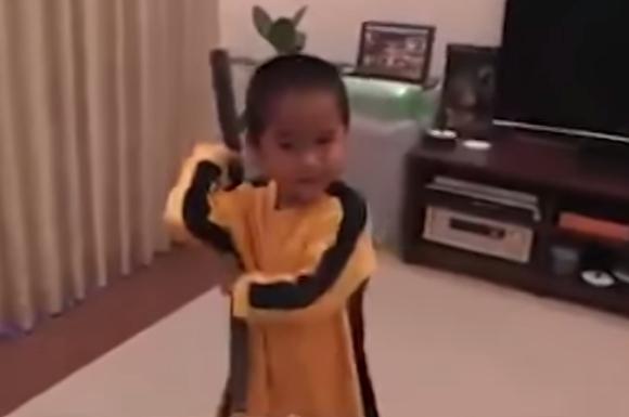 【動画あり】恐ろしいほどの完成度! ブルース・リーのアクションを自分のものにした幼児がいた!!