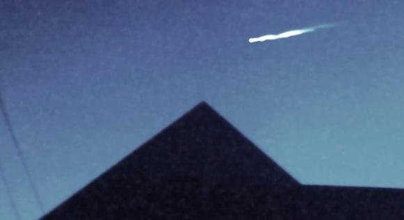 【衝撃UFO動画】アメリカの上空を謎の飛行物体が猛スピードで墜落! 小型UFO離脱の決定的瞬間も激撮!?