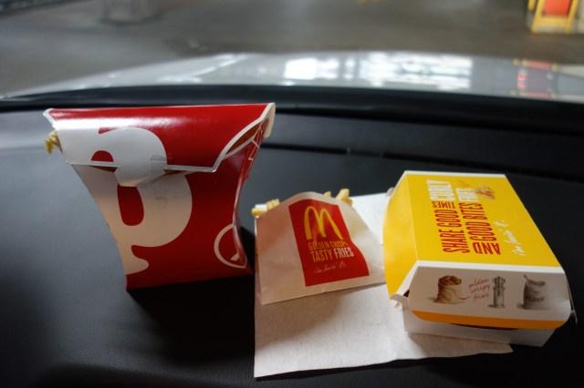 『マクドナルド』VS『ポッポ』ポテトどちらがコスパ良いか対決! マック新作『カーリーポテトフライ』も入れて検証