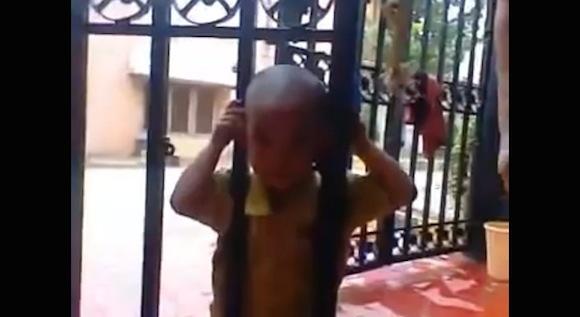 【動画あり】目からウロコ! 鉄の門に頭を挟まれてしまった少年が助かったあまりに意外すぎる方法