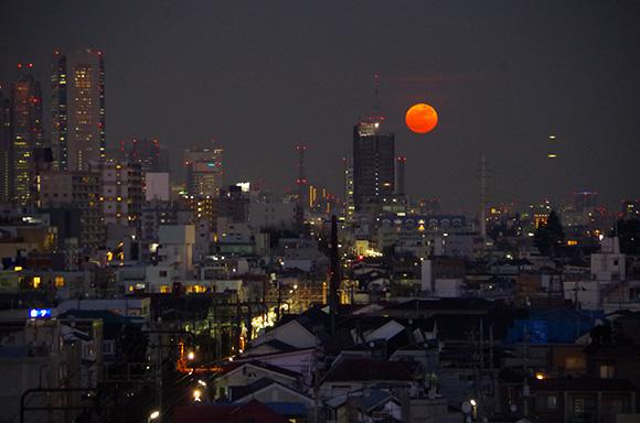 【超緊急速報】月がヤバイ! 完全にオレンジ満月!! 今すぐ夜空を見上げてみよう