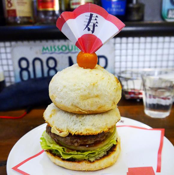 こいつは春から縁起がいい! どう見ても鏡餅な「鏡餅バーガー」を食べて2015年の運気アップやでッ!!