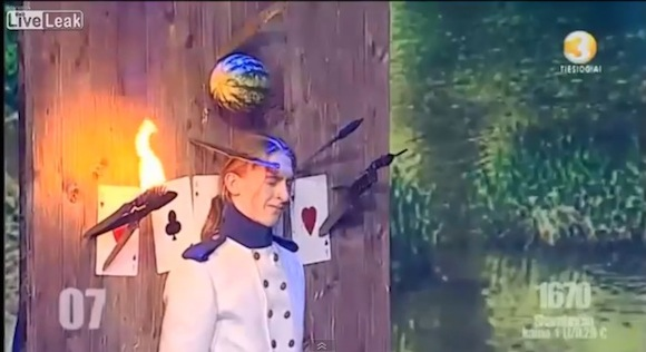 【閲覧注意動画】観客から悲鳴の嵐! ギリギリすぎるナイフショーが思わず目を覆ってしまうレベルで怖い
