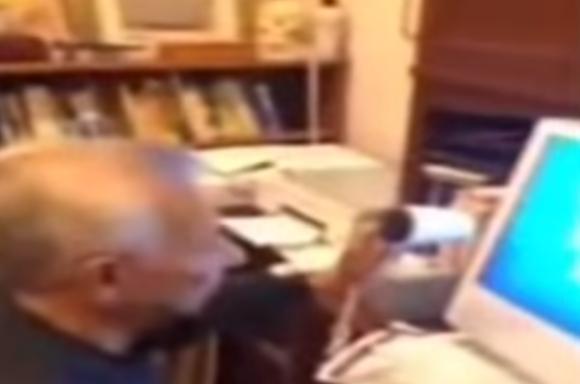 【致命的な勘違いの決定的瞬間映像】パソコンがフリーズ! その時おじいちゃんはドライヤーでパソコンを暖めて「溶かそう」とした!!