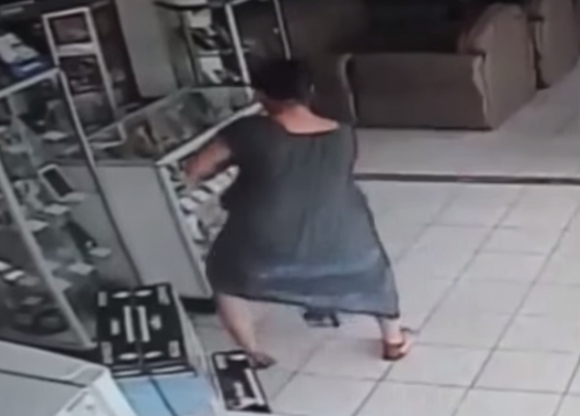 【動画あり】女性がスカートをたくしあげてそこにテレビを……大胆不敵な万引き犯による犯行の一部始終が監視カメラに残されていた!