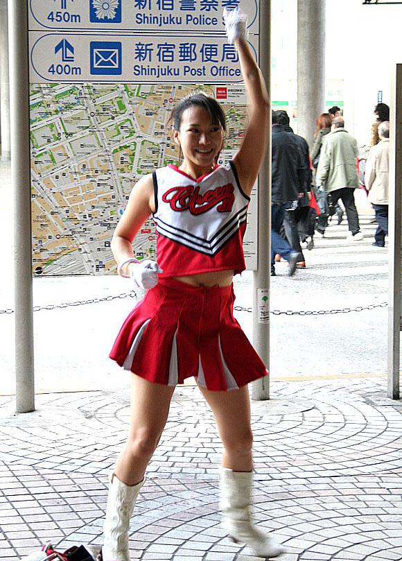 『こち亀』にも登場した新宿駅西口のチアリーダーが1月30日をもって引退することを発表 / 最後の活動を見届けて欲しい