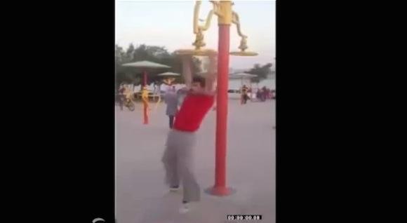 【衝撃動画】一体何者!? 公園の遊具でフィギュアスケートのように超高速回転する男がスゴい!!