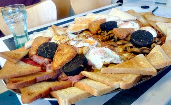 【デカ盛りすぎ】英国式「メガ朝食」がヤバすぎる! 健康なんか度外視!! 総重量4kgの朝食を実際に食べてみた