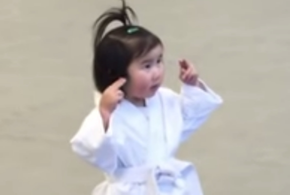 わずか6日で再生回数570万回突破! 空手の稽古をする3歳の女の子が反則級にかわいい / どんな強者も1分でKOされるレベル