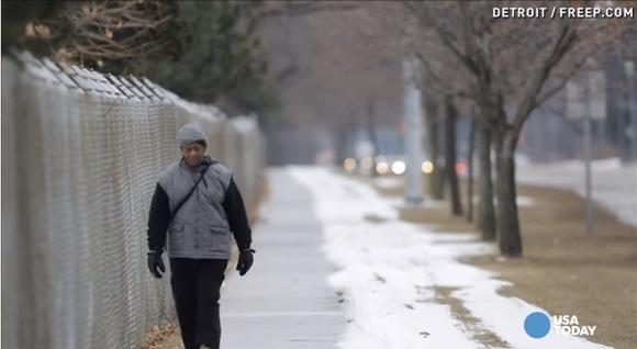 【往復34キロ】10時間歩いて通勤する56才の男性に「これで車を買ってください」との寄付が集まる / その額約3000万円也!