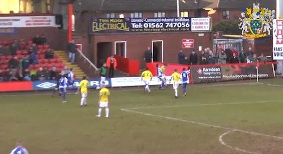 【動画あり】サッカーの試合中にバックドロップ風の投げ技をお見舞いした選手が一発退場