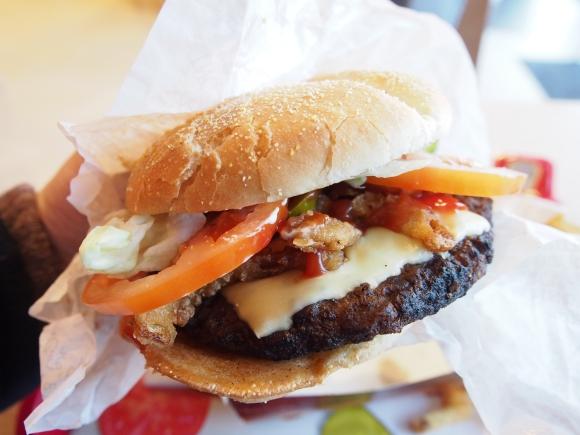 海外の『バーガーキング』で巨大ハンバーガーを発見! その名も「ビッグ・アングリー・バイト」を食べてみた / ボリュームにも味にも満足!
